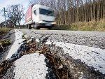 Výtluky v silnici II/132 mezi Novou Vsí a Léskovcem na Pelhřimovsku.