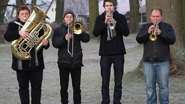 Mladé dechové kvarteto působí ve složení (zleva) Jiří Maděra (tuba), Dan Chadim (pozoun), Matěj Boháček a Marek Štěrba (oba trubka).