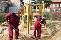 Nové atrakce. Včera v Děkanské zahradě v Pelhřimově finišovaly práce na moderním hřišti. Pracovníci technických služeb naváželi písek do doskokové zóny. Ode dneška je hřiště plně přístupné.