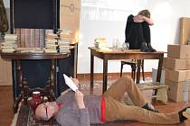 Pro velký zájem se v humpolecké knihovně bude ve čtvrtek opakovat scénické čtení Příliš hlučné samoty, které tu Kateřina Krejčí a Jan Kotlík (na snímku) uvedli v březnu.