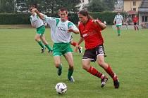Fotbalistům Kamenice se start do I. A třídy nepovedl, když v domácím prostředí nešťastně prohráli s Věžnicí. Na snímku o míč bojuje Václav Spěváček (vlevo).