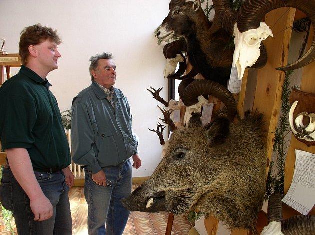 Až do pondělí je v pelhřimovském sídle myslivců k vidění chovatelská přehlídka spárkaté zvěře. Na snímku je Jaromír Rokos se synem.
