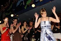 Další z řady maturitních plesů, které se konaly v Kulturním domě Máj v Pelhřimově, byl ples gymnázia. Sedmadvacet studentů ze  4. B pelhřimovského gymnázia si tak otevřelo cestu ke zkouškám z dospělosti.