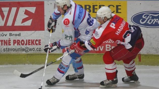 Zkušenosti havlíčkobrodského Tomáše Hadravy (vpravo) z 1. ligy by měly jít pelhřimovskému útoku k duhu