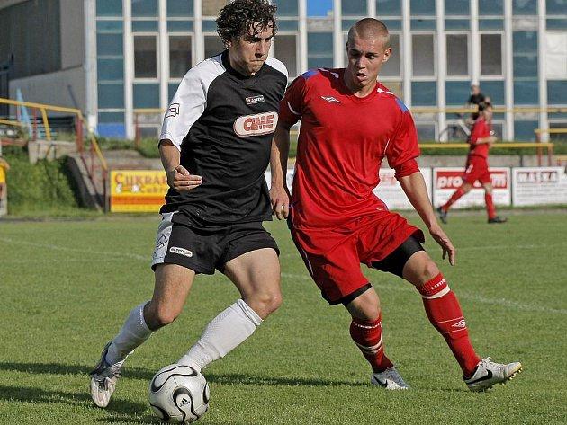 Povedený zápas ve Vyškově odehrál středopolař Pelhřimova Patrik Fišer (vpravo). Hýřil aktivitou, byl u důležitých akcí svého týmu.