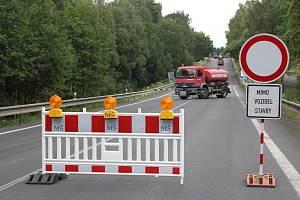 V polovině července byl na tři dny také uzavřen úsek mezi Zlátenkou a Kamenem.