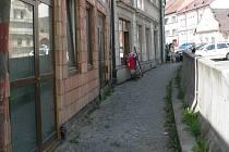 Kamion narazil do domu v Pelhřimově 17. května 2002. Náraz se stal osudným dvaatřicetiletému řidiči a dvěma chodkyním. Smutné výročí na místě neštěstí v pondělí připomínala kytice a svíčka.