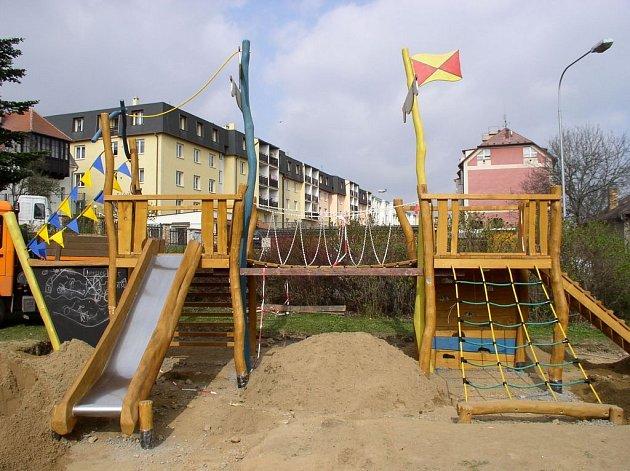 Celkový pohled na nové dětské hřiště