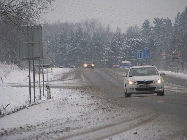 Počasí na Pelhřimovsku se uklidnilo. Přestalo sněžit. Hlavní tahy jsou převážně suché. Sníh zatím nezpůsobil žádné dopravní komplikace.