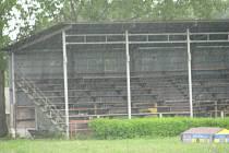 Silné a vytrvalé dešťové provazce se včera snášely na dusilovské závodiště od rána až do večera.
