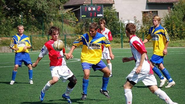 Pelhřimovští starší dorostenci v prvním divizním utkání body nezískali. Na snímku se snaží vybojovat míč Jan Homolka (vpravo).