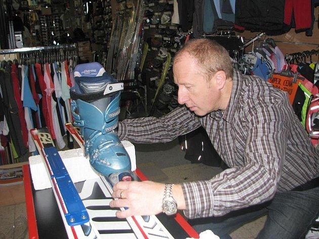 Na odbyt jdou před Vánoci hodně lyže a vybavení sloužící k zimním radovánkám.