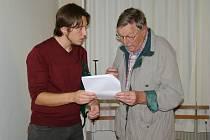 Diskuze po besedě s přednášejícím Zdeňkem Škrabánkem (vlevo).