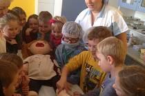 Cecilka dětem pomáhá se strachem z bílých plášťů
