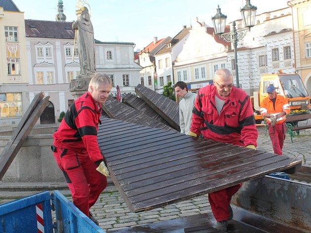 Pracovníci technických služeb sundali dřevěné bednění z kašny, která je jednou z hlavních dominant malebného pelhřimovského  náměstí.
