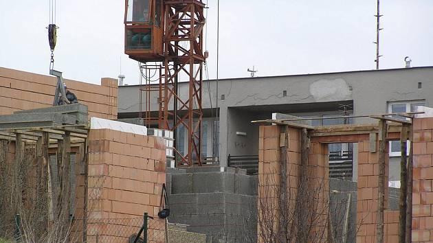 Z novostavby se zatím rýsuje první patro, další dvě budou následovat.