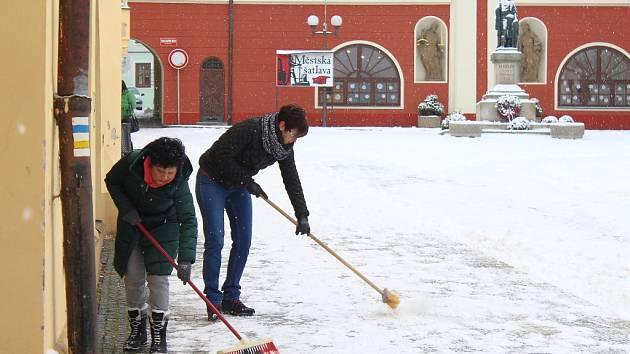 Nejen v Pelhřimově se košťat a hrabel chopili majitelé a pracovníci obchodů a uklízeli sněhovou pokrývku z prostoru před svým podnikem.