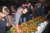 Účastníci programu spojeného se soutěží Vřesnická nakládačka převalují na jazyku soutěžní vzorky. Lákavá dobrota podesáté určila ráz společenského večera.