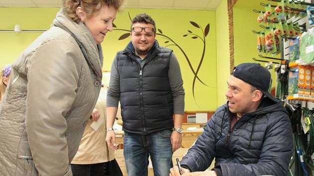 Láďa Hruška rozdával podpisy v Pelhřimově.