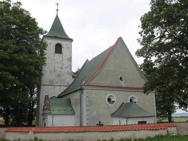 Kostel v Křeči je na konci vsi,  je vidět dodaleka.