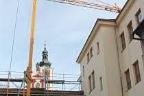 Uvnitř i na vnější části objektu (na snímku) základní školy na náměstí v Pacově se čile pracuje.