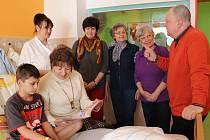 Šest babiček bude pravidelně předčítat dětemv pelhřimovské nemocnici.