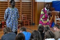 Jak se žije na africkém venkově a jak ve městě. Nejen o tom povyprávěli dva afričtí rodáci, kteří zavítali do košetické základní školy.