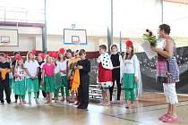 Žáci ze Základní školy Osvobození v Pelhřimově společně se svojí učitelkou českého jazyka Martou Buchtovou nacvičili pohádkové divadelní představení.