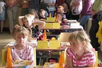 Na Základní škole Na Pražské v Pelhřimově včera prvňáčci zasedli do lavic ve dvou třídách. První školní den zvládli v doprovodů svých rodičů, kteří se dozvěděli i pár užitečných informací.