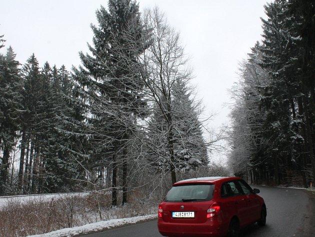 Řidiči museli být včera na silnicích, zejména ráno, obezřetní. Situace se stabilizovala dopoledne.