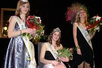 Loňská vítězka Dívky roku v Pelhřimově se Petra Kubů (uprostřed) z Obrataně.