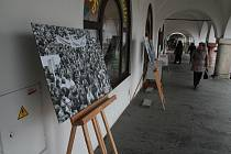 Události roku 1989 připomíná výstava před pelhřimovskou radnicí.