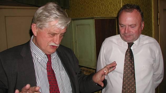 Jan Litomiský je na snímku s bývalým ministrem zahraničních věcí Jiřím Dienstbierem.