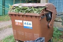 Hnědé nádoby fungují i v Počátkách. Ty v zahrádkářské kolonii ale mají co dělat, aby na podzim vše pobraly.