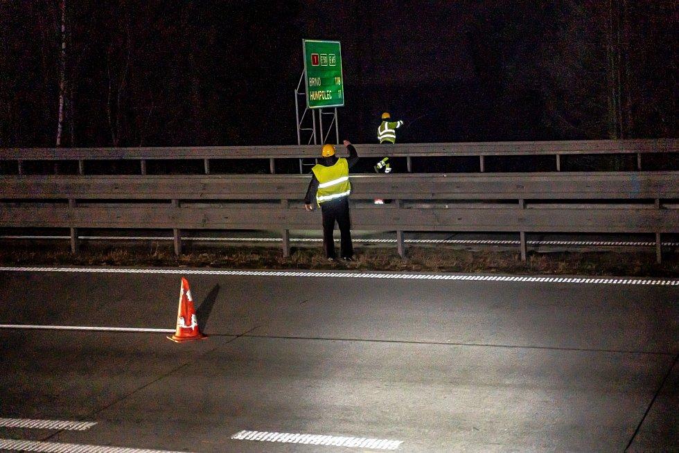 Montéři přestřihli dráty a stáhli je přes dálnici.