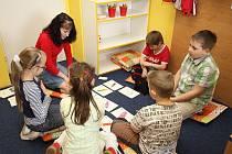Děti přihlášené na příměstský tábor se podle počasí budou učit uvnitř nebo venku.