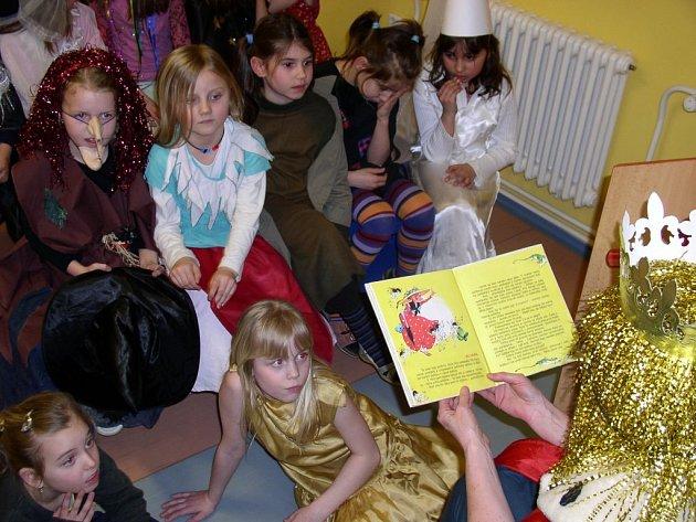 Dětem budou také letos předčítat z knížek pohádkové bytosti. Ilustrační foto.