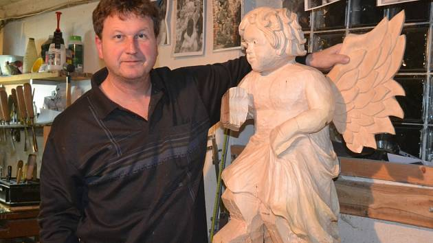 Bohumil Biňovec v současnosti dodělává letícího anděla, který se k betlému na kamenickém zámku přidá 13. prosince.