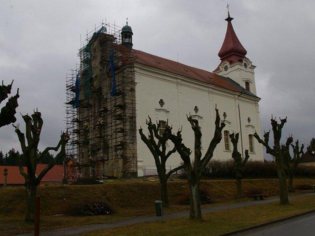 Kostel v Nové Cerekvi se opravuje.