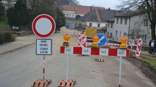 S dopravním omezením se musejí potýkat řidiči v Košeticích.