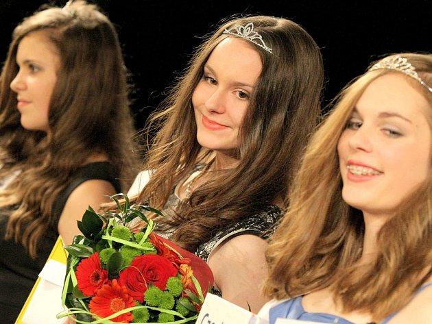 Nejúspěšnější účastnice loňské soutěže Dívka roku v Pelhřimově měly důvod k úsměvům. Sára Zwickerová (uprostřed) přijede letos předat korunu své následnici.