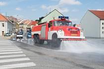 Kropení ulic v Pacově.