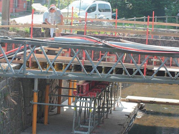 Práce na rekonstrukci mostu.
