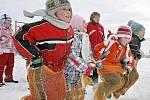 Žáci ze ZŠ v Košeticích si ve čtvrtek dopoledne uspořádali vlastní olympiádu. Děti vsadily na méně náročná sportovní odvětví jako například skákání v pytlích ve sněhu nebo hod koulí na terč. Síly mezi sebou poměřily všechny třídy.