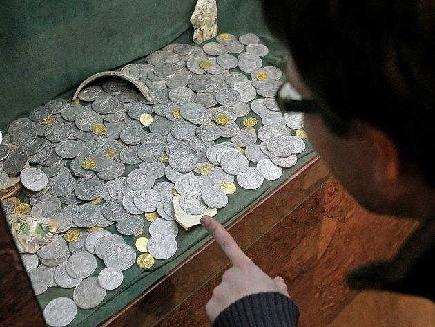 Mince ze sedmnáctého století objevené u Horních Rápotic na Humpolecku jsou v současnosti k vidění v havlíčkobrodském muzeu v rámci výstavy Poklady Vysočiny.