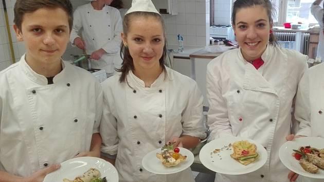 Žáci pelhřimovské hotelové školy prezentují své tuňákové dobroty do soutěže.