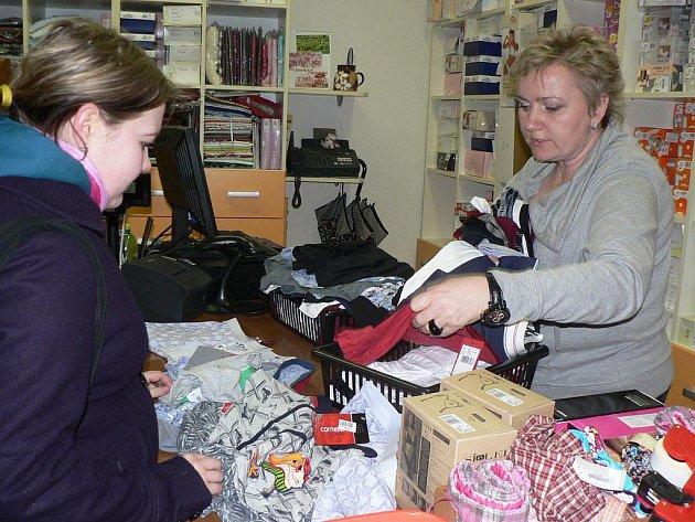 Markéta Chábová (na snímku vlevo) vybírá pro svého přítele v prodejně spodního prádla ve  Školní ulici v Pelhřimově dárek ke svatému Valentýnu.  Zboží jí nabízí spolumajitelka obchodu Monika Rokosová.