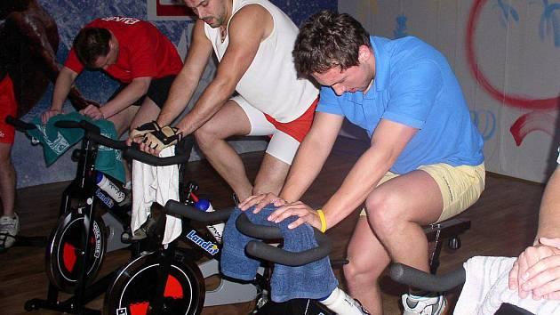 Spinning. Tento druh sportu je poměrně náročný, a to především pro úplné začátečníky. Dodržování tempa a rytmu není vůbec snadné. Na spinningu se však i v převážné míře pobavíte.
