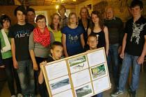 Osmáci z pacovské ZŠ vyrobili pro mladé rybáře 28 karet o rybách.
