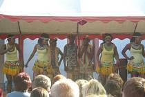 Taneční a vokální skupina IYASA ze Zimbabwe rozproudila ve čtvrtek večer humpolecké publikum v rytmech ulic Afriky. Na energií nabité vystoupení, během něhož se Afričané dvakrát převlékli, přišlo 107 lidí. IYASA není pro tamní obyvatele ničím neznámým. Do